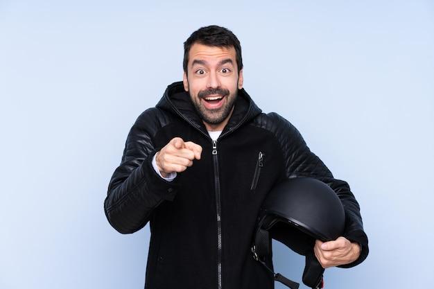 Mann mit motorradsturzhelm über lokalisierter wand