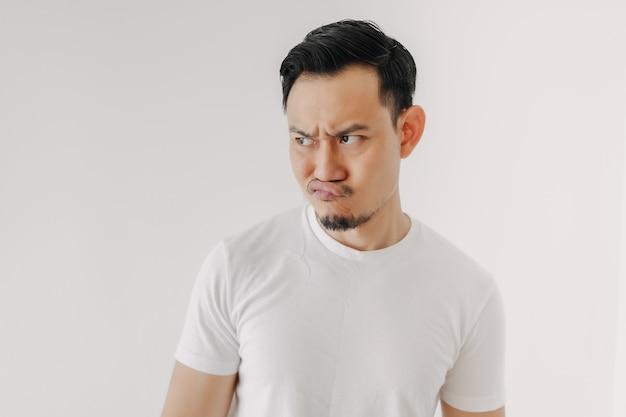 Mann mit mürrischem gesicht im weißen t-shirt auf weißem hintergrund