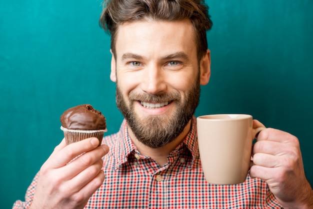 Mann mit muffins und kaffee