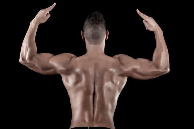 Mann mit muskeln auf einem schwarzen hintergrund