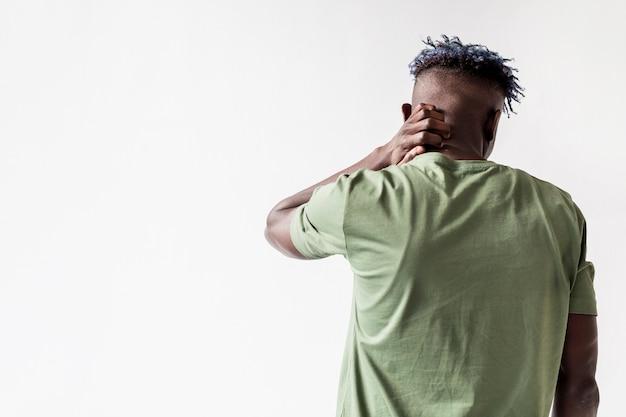 Mann mit nackenproblemen