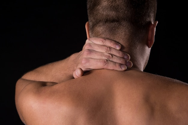 Mann mit nackenschmerzen