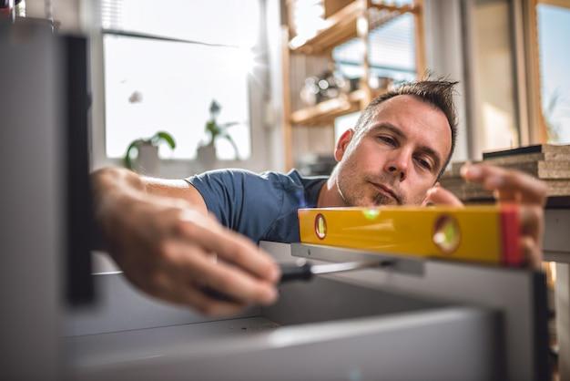 Mann mit nivellierwerkzeug