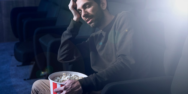 Mann mit popcorn im kino