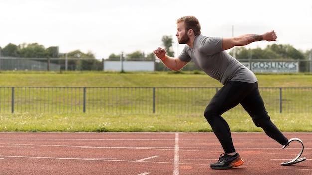 Mann mit prothese läuft mit vollem schuss