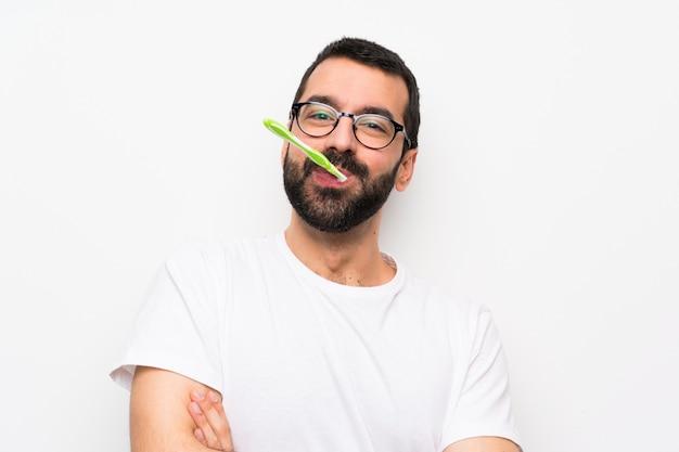 Mann mit putzenden zähnen des bartes über lokalisierter weißer wand