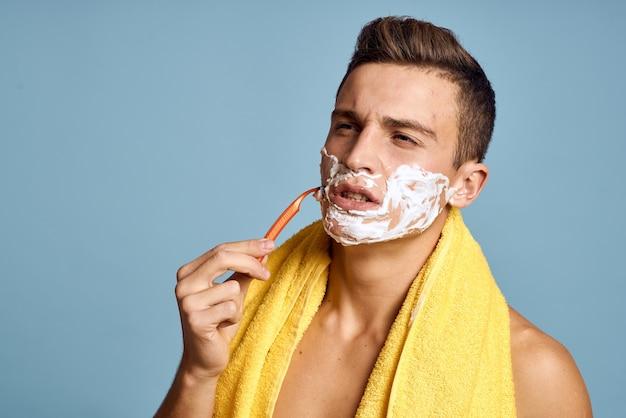 Mann mit rasiermesser auf blau