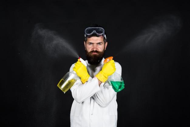 Mann mit reinigungsspray reinigungsservice bärtiger mann mit reinigungsspray desinfektion
