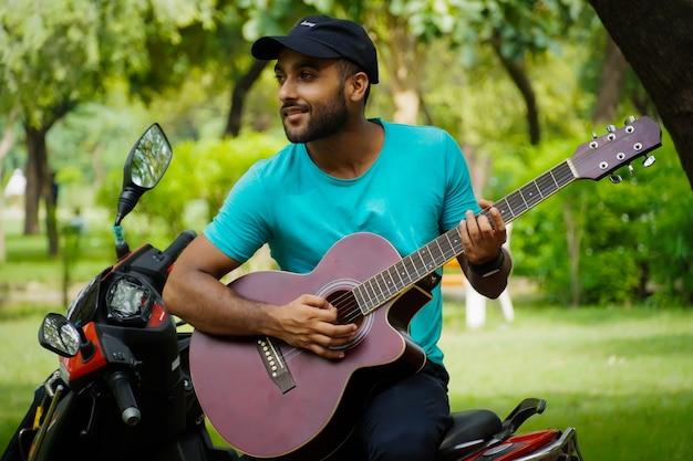 Mann mit rotem gitarrenbild