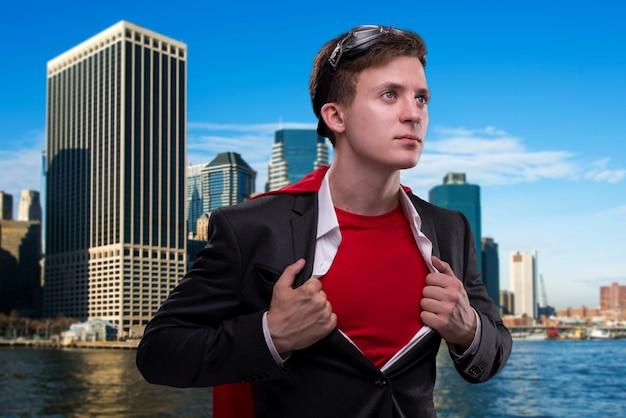 Mann mit roter abdeckung