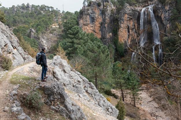 Mann mit rucksack, der natur erforscht Kostenlose Fotos