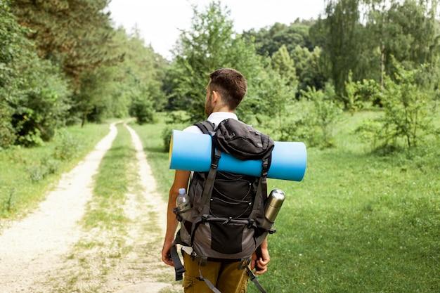Mann mit rucksack unterwegs