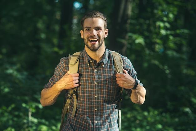 Mann mit rucksack wandern im wald reisen lifestyle erfolg abenteuer aktivurlaub sportkonzept