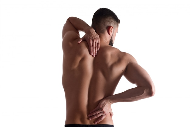 Mann mit schmerzen klammert sich an rückenschmerzen