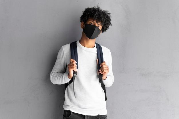 Mann mit schwarzer maske mittlerer schuss