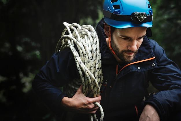 Mann mit seil klettern