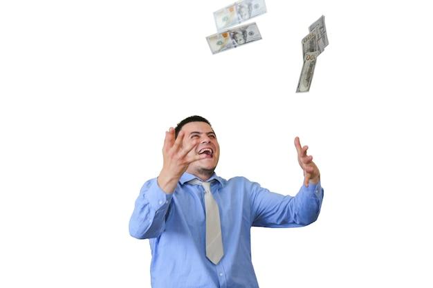 Mann mit seinem gehalt auf weißem hintergrund. büroangestellter, der dollar wirft. glückliches gesicht des top-managers. kerl in schickem hemd und krawatte.