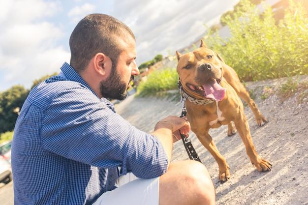Mann mit seinem hund am park