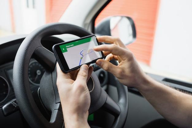 Mann mit seinem smartphone als navigationssystem