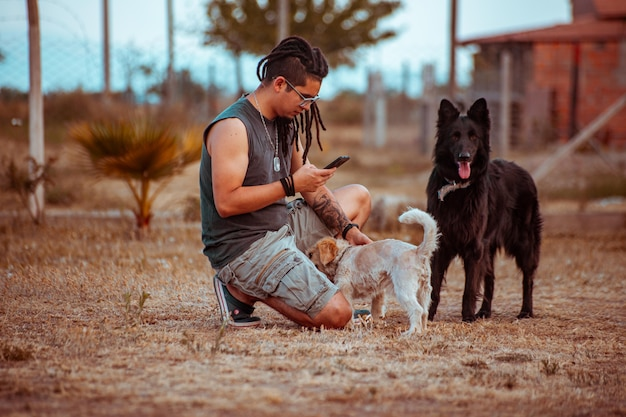 Mann mit seinen hunden im park