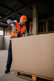 Mann mit sicherheitskappe arbeitet