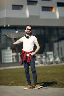 Mann mit skate auf der straße