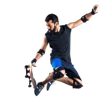 Mann mit skateboard springen