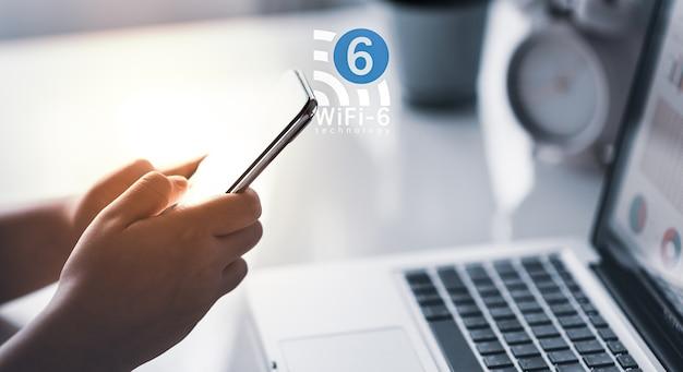 Mann mit smartphone mit wlan 6 technologie