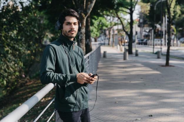 Mann mit smartphone und kopfhörer
