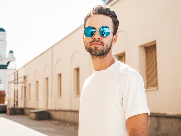 Mann mit sonnenbrille, die weißes t-shirt posierend aufwirft