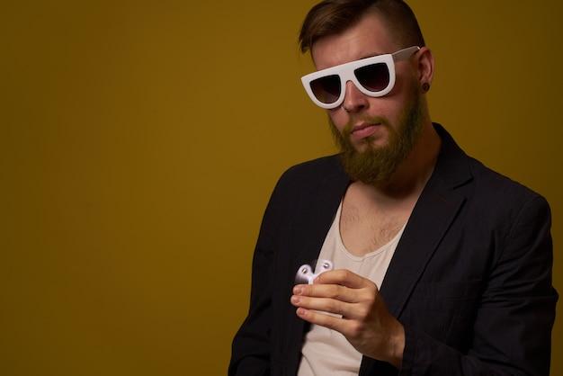Mann mit sonnenbrille spinner in händen mode posiert schwarze jacke. foto in hoher qualität