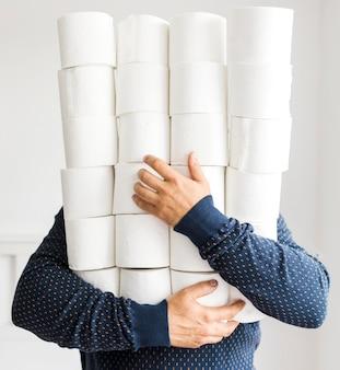 Mann mit stapel toilettenpapier