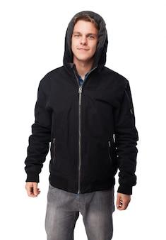 Mann mit sweatshirt mit kappe auf