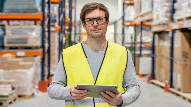 Mann mit tablette, die logistik arbeitet