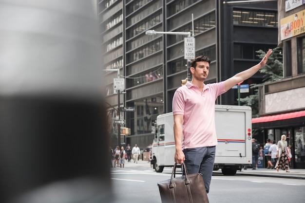 Mann mit tasche hagelndem fahrerhaus