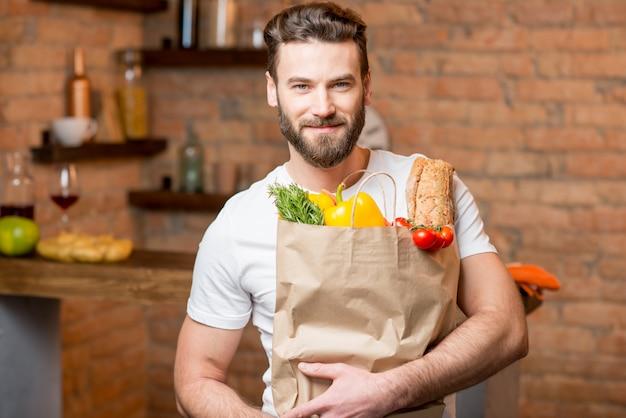 Mann mit tasche voller essen