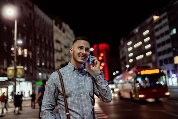 Mann mit telefon in der stadtstraße