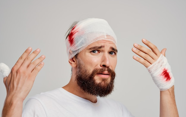 Mann mit verbundenem kopf gesundheitsprobleme medizin krankenhaus