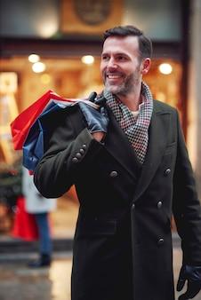Mann mit vollen einkaufstaschen