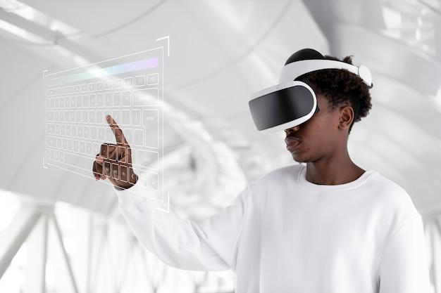 Mann mit vr-headset, der einen holografischen bildschirm berührt