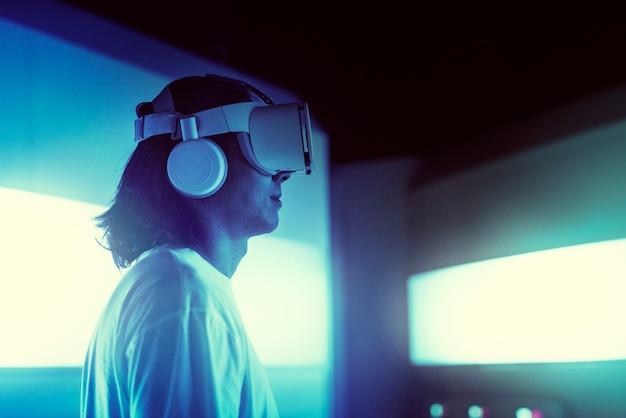 Mann mit vr-headset in einsatzbasis