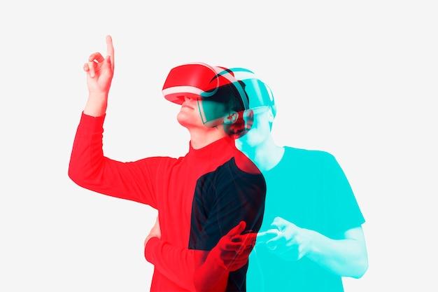 Mann mit vr-headset-smart-technologie im doppelten farbbelichtungseffekt
