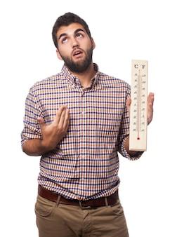 Mann mit wärme und einem thermometer