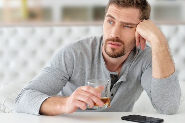 Mann mit whisky im glas, alkoholproblem, konzept des alkoholmissbrauchs