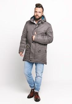 Mann mit winterkleidung im studio