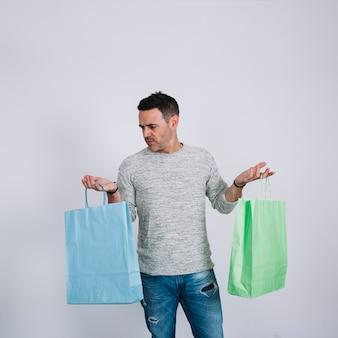 Mann mit zwei einkaufstaschen