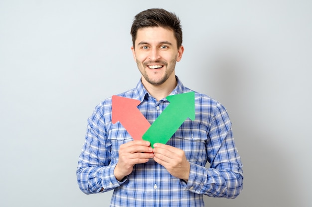 Mann mit zwei pfeilen nach rechts und links