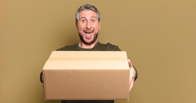 Mann mittleren alters, der ein paket hält
