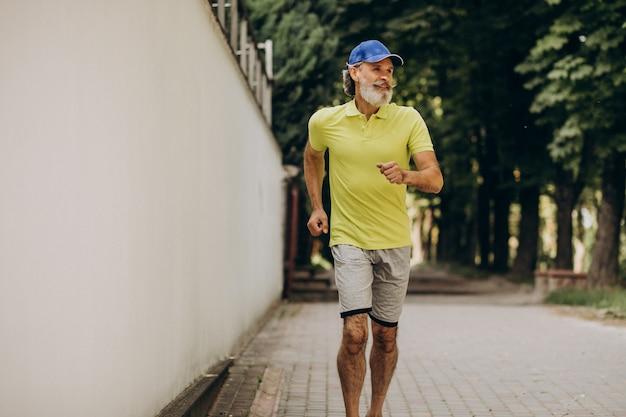Mann mittleren alters, der im park joggt