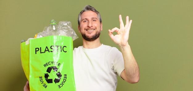 Mann mittleren alters, der kunststoff recycelt